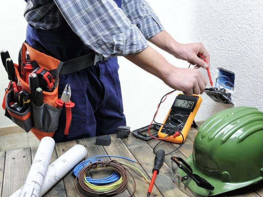 électricien prenant une mesure à Heyrieux