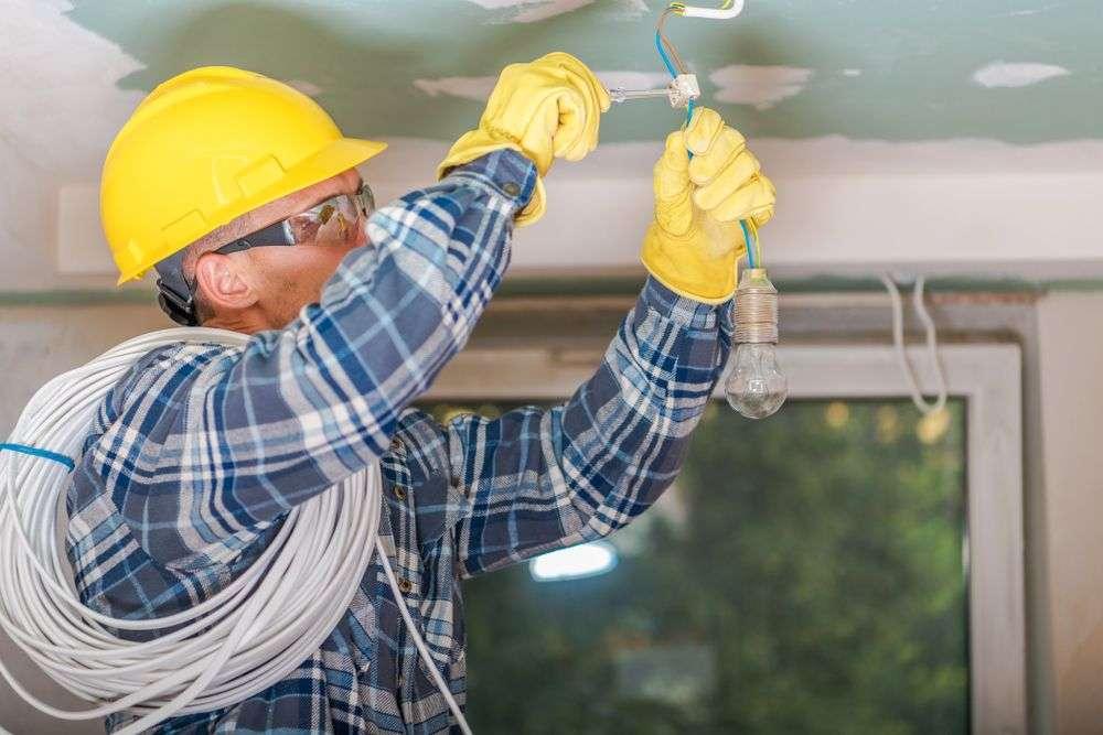 électricien travaillant en sécurité sur Vienne
